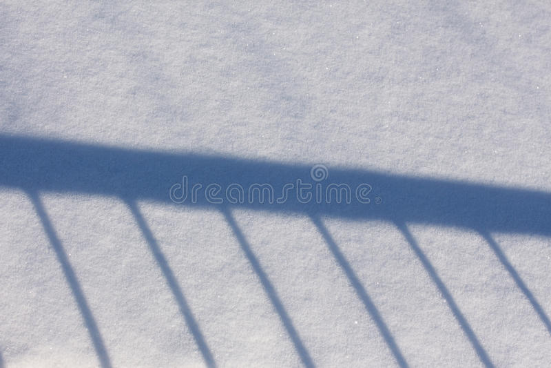Тень перил на снежке стоковые изображения