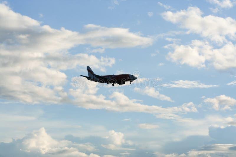 Тень посадки Боинга 737-300 тайской Air Asia стоковые изображения rf