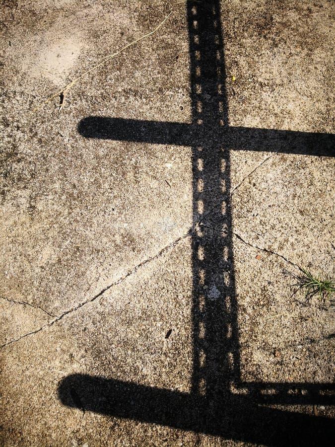 Тень прорезанного здания железного каркаса угла на пакостных камешках цементирует пол стоковые фотографии rf
