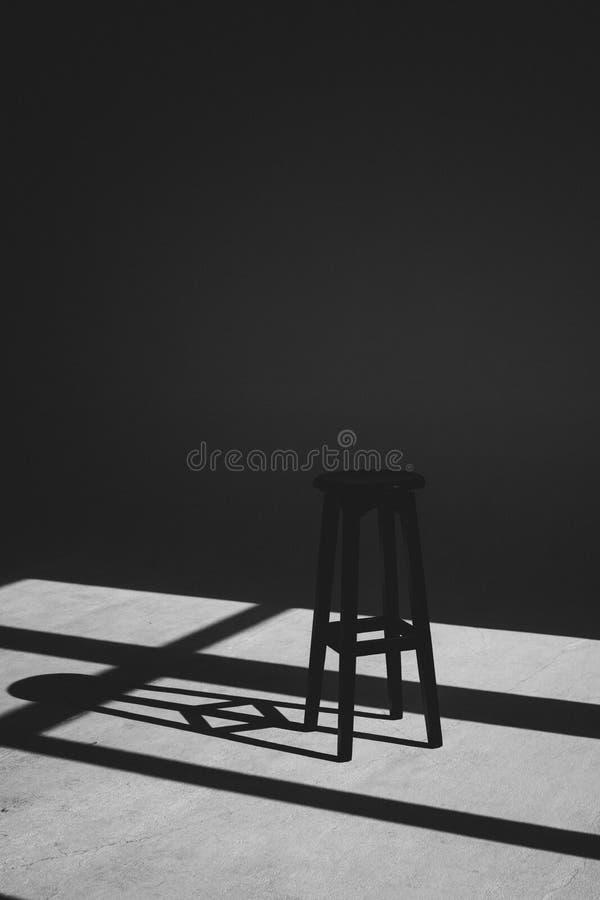 Тень черного стула который падает из окна стоковое фото