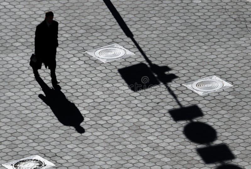 Тень человека на мостоваой стоковые изображения