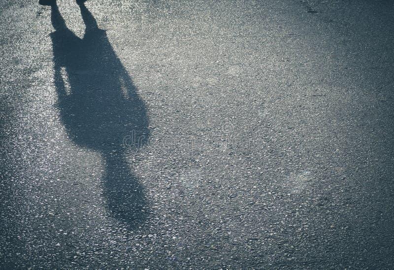 Тень люди на предпосылке бетона улицы стоковая фотография rf