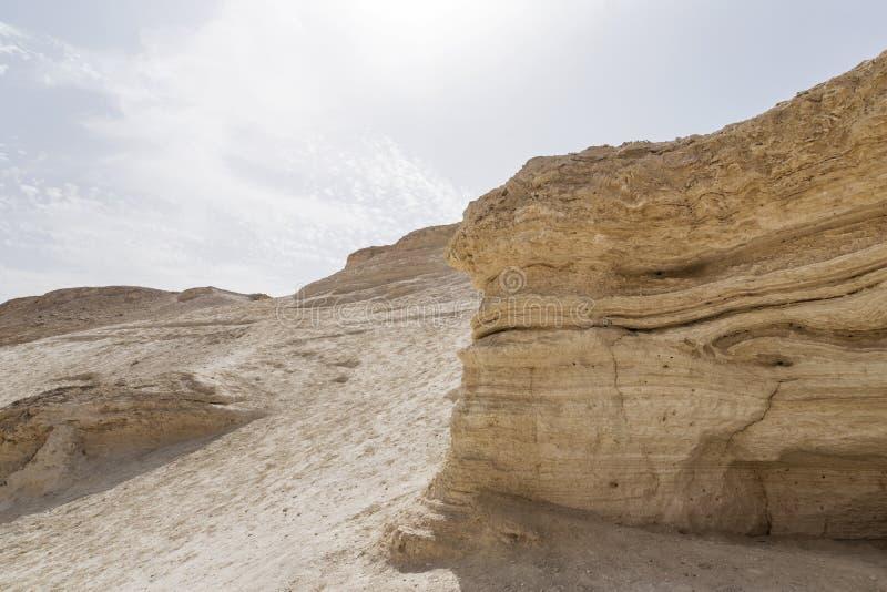 Теплая предпосылка цветов Большой желтый песчаник ont холм против skyscape Textured высекло гору и яркое небо Judean стоковое фото rf