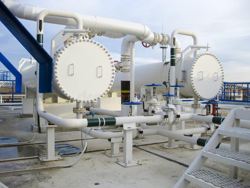 Теплообменные аппараты в рафинадном заводе Heated воздушный охладитель бензина море взлётно-посадочная дорожки joshua kingstown с стоковая фотография