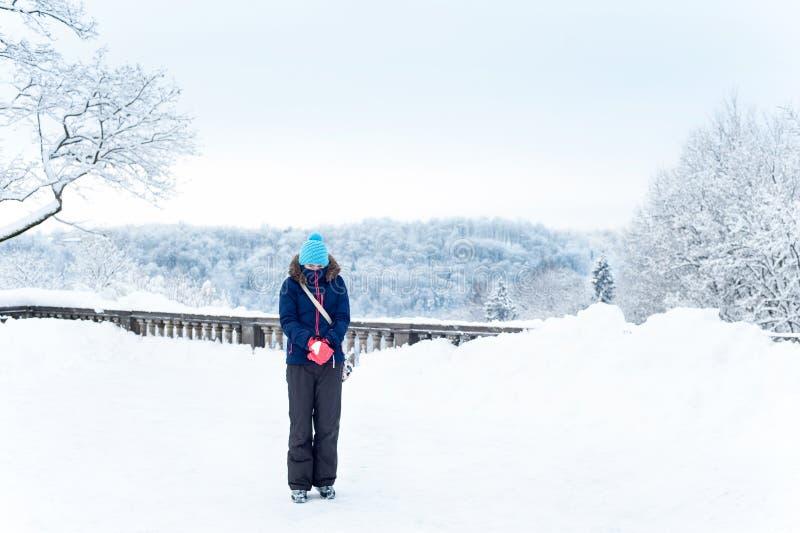 Тепло одетая замерзая девушка на снежной, который замерли предпосылке полесья стоковая фотография rf