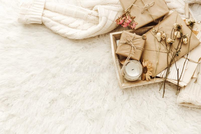 Теплые цветки свитера, бумаги ремесла, присутствующих и высушенного на белой предпосылке стоковые изображения