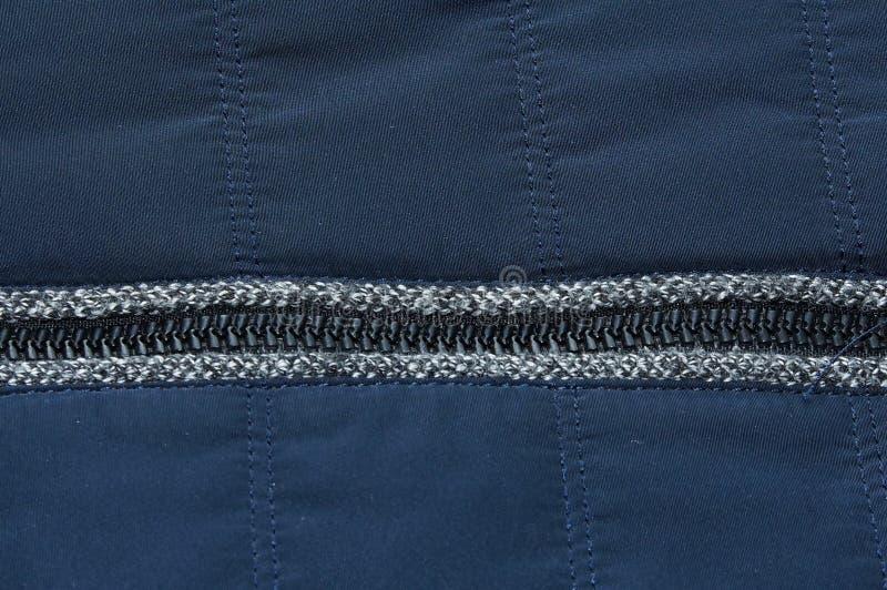 Теплый голубой темный конец-вверх предпосылки текстуры ткани куртки молнии стоковые изображения