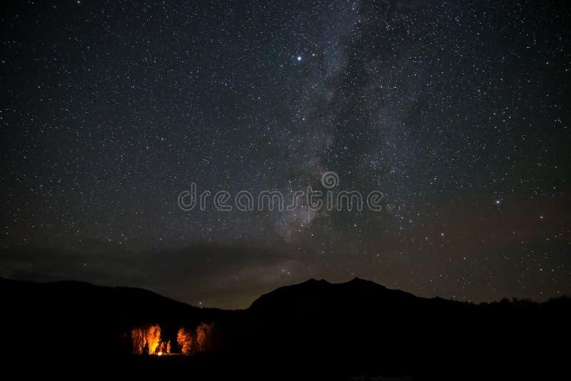 Теплый накаляя огонь лагеря на холодной ночи падения под галактикой млечного пути около Crested Butte, Колорадо стоковые фото