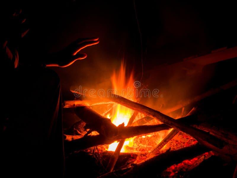Теплый огонь лагеря стоковое фото rf