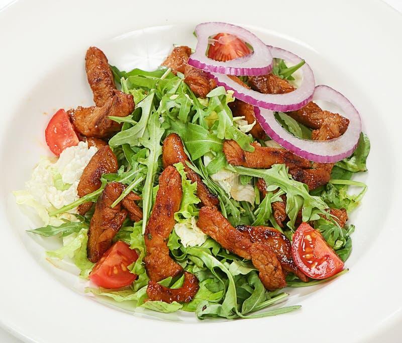 Теплый салат говядины с tenderloin говядины, томатами вишни, смешиванием салата, соусами стоковая фотография