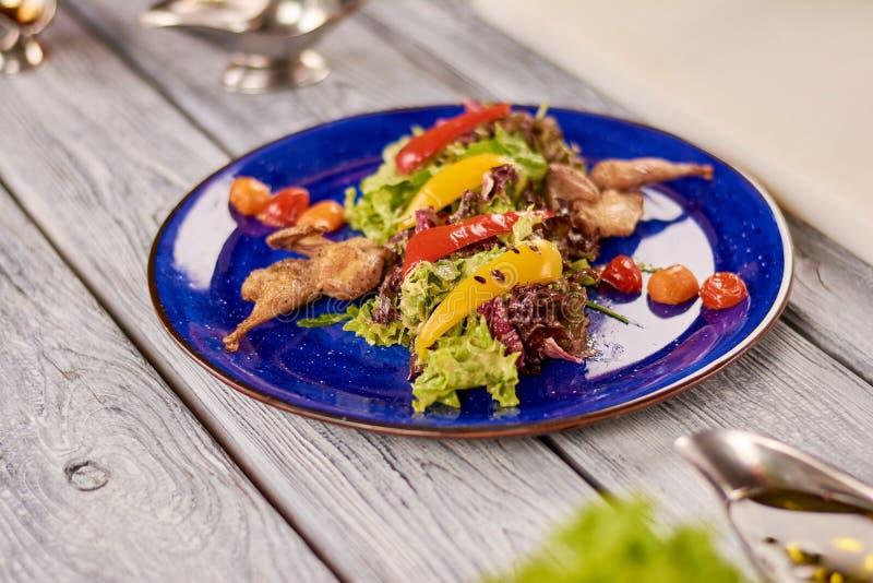 Теплый салат с соусом триперсток и гайки стоковое фото rf