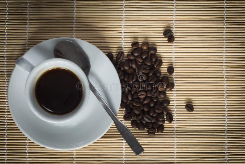 Теплая чашка ciffee на коричневой предпосылке стоковое фото