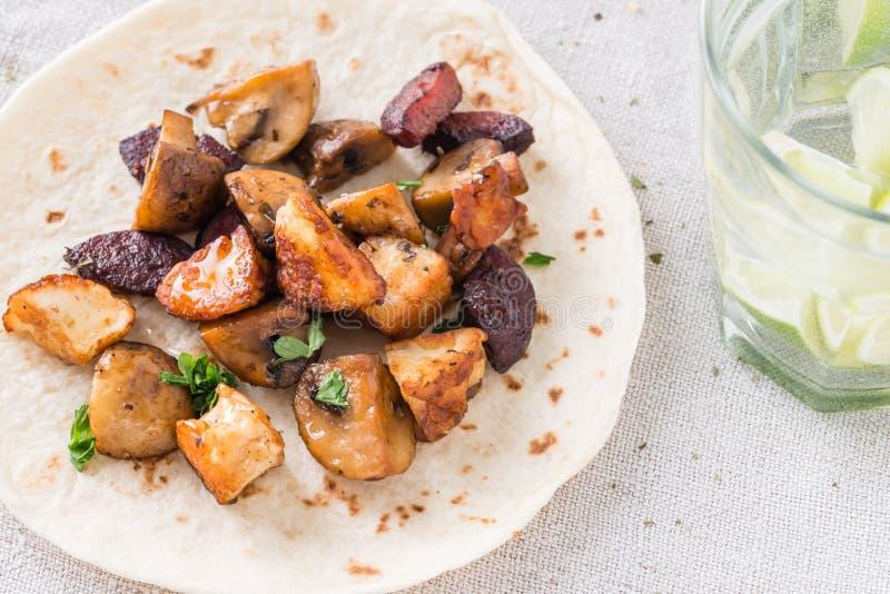 Теплое тако с зажаренными грибами, испанский пряный chorizo сосиски, мексиканские tortillas, кипрское halloumi сыра стоковое изображение rf