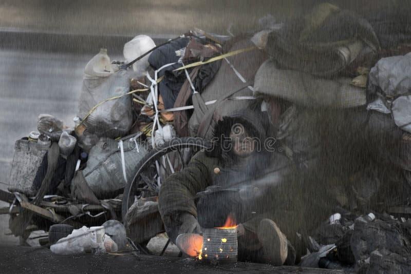 Теплый огонь приносит надежду к бездомные как в холодной зиме стоковое фото rf