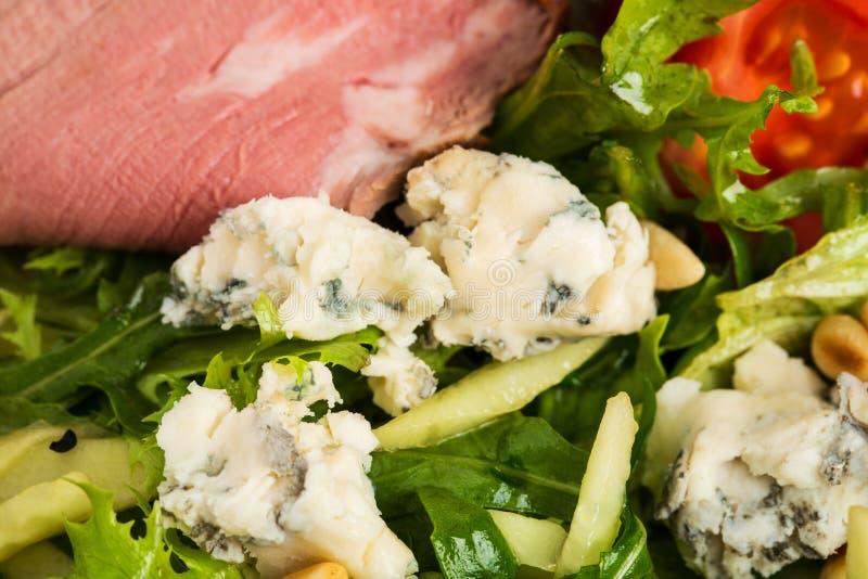 Теплый салат ростбифа с козий сыром стоковая фотография