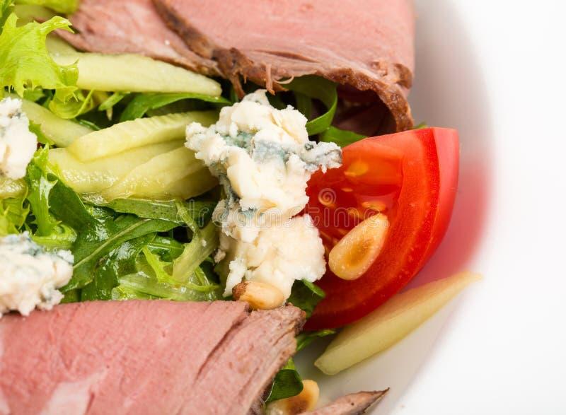 Теплый салат ростбифа с козий сыром стоковое изображение rf