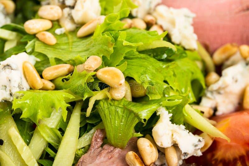 Теплый салат ростбифа с козий сыром стоковые фотографии rf