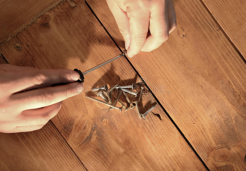 Download Теплый свет на руках человека работая с винтами и отверткой Стоковое Фото - изображение насчитывающей ремонтировать, люди: 40582428