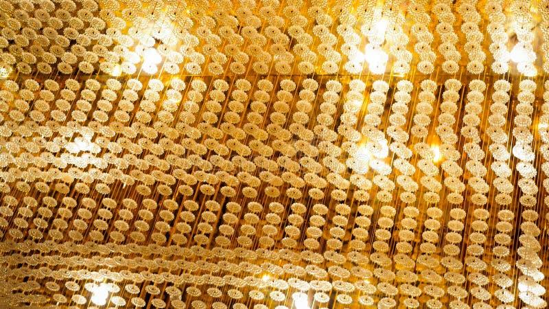 Теплый свет от украшения кристаллических ламп потолка современного стоковое изображение