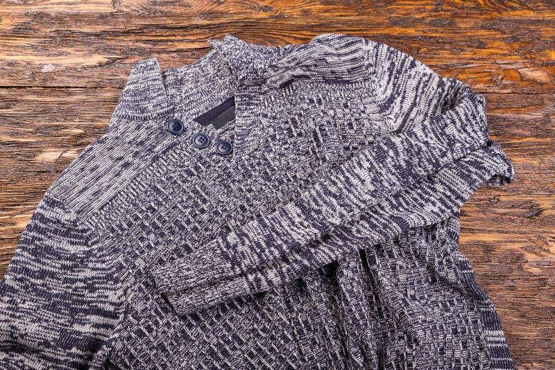 Теплый серый свитер стоковая фотография