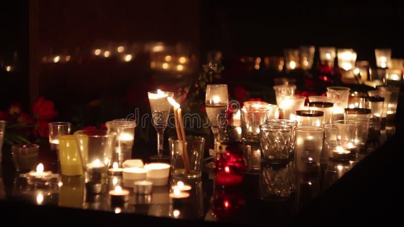 Теракт, военные операции Люди приносят цветки и свечи для того чтобы удостоить памяти умерших мемориально сток-видео
