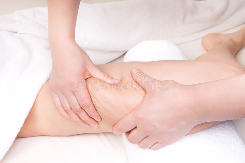 Терапевт делая анти- массаж целлюлита стоковая фотография rf