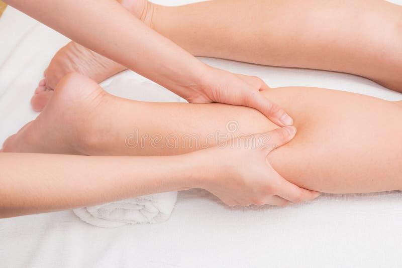 Терапевт делая массаж на ноге женщины стоковое фото