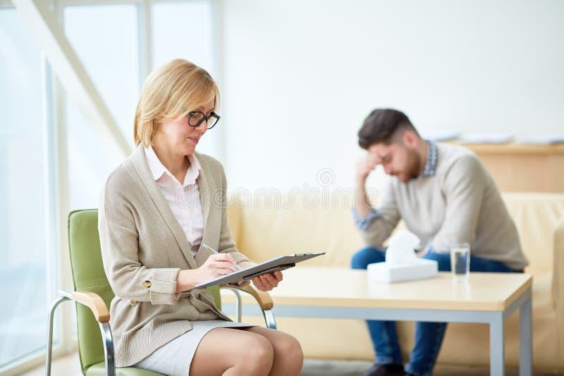 Терапевт имея клиента в шкафе стоковые изображения rf