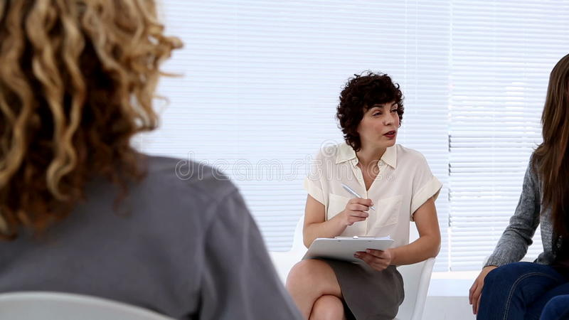 Терапевт одушевляя обсуждение сток-видео