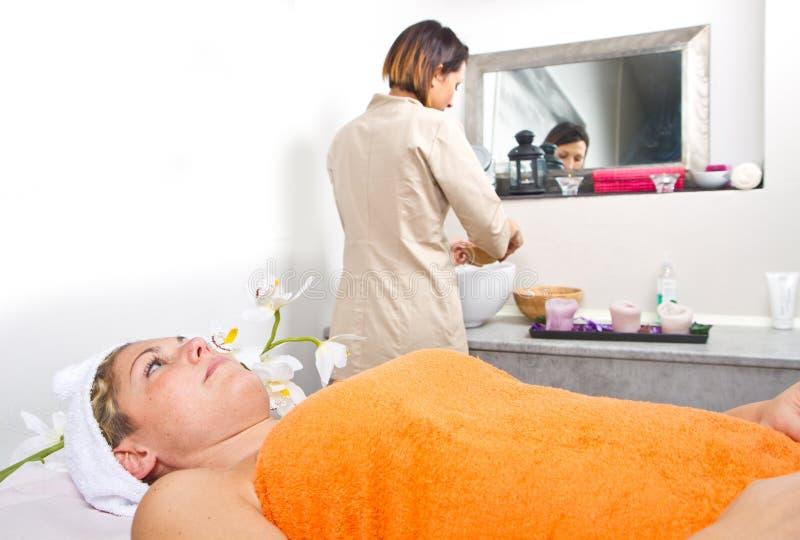 Терапевт прикладывая лицевой щиток гермошлема к красивой молодой женщине в s стоковое изображение rf