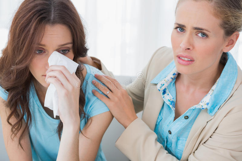 Терапевт при ее пациент плача смотрящ камеру стоковые изображения rf