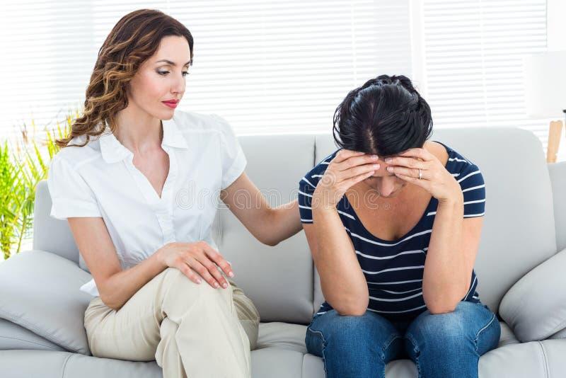 Терапевт утешая ее пациента стоковые изображения