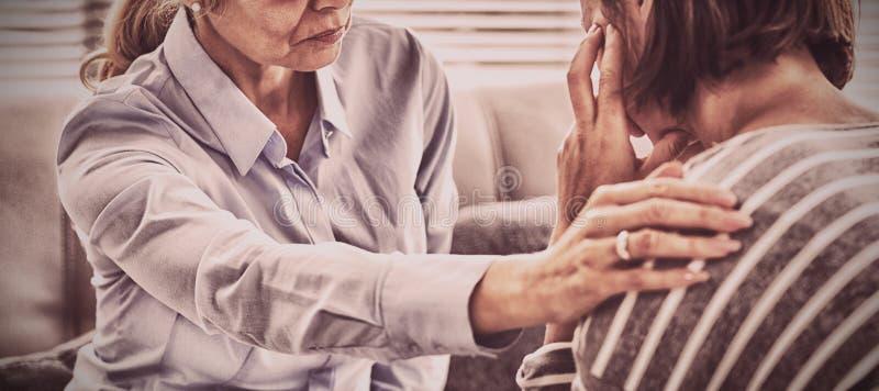 Терапевт утешая пациента стоковое фото