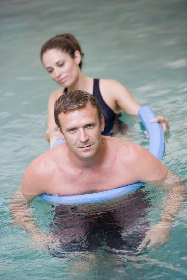 терапия инструктора терпеливейшая проходя воду стоковое изображение