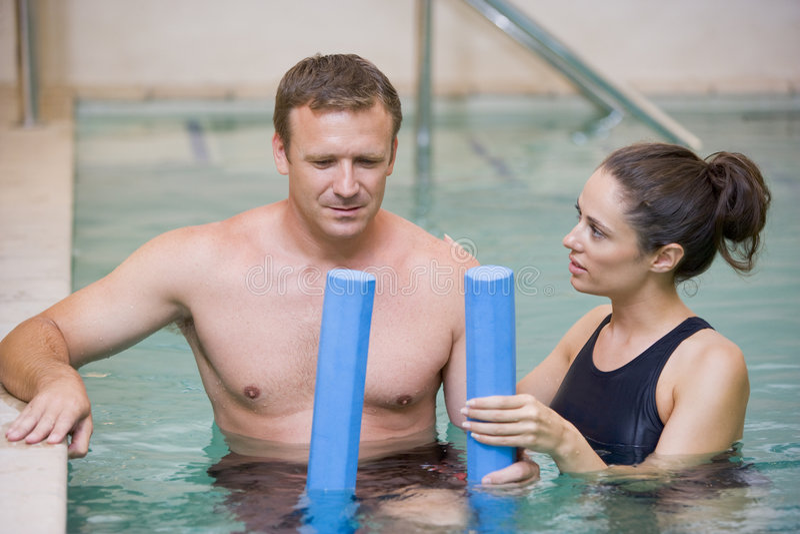 терапия инструктора терпеливейшая проходя воду стоковые изображения