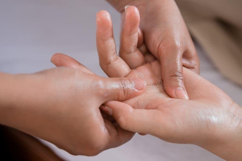 Терапия массажа руки стоковые изображения