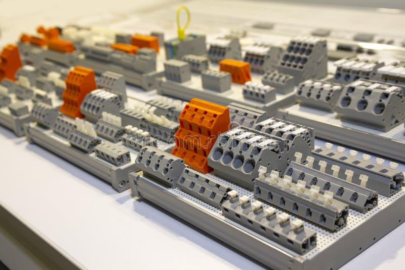 Терминалы, контакторы, реле, переключатели дальше стойка стоковая фотография rf