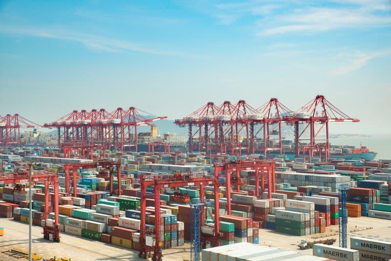 Терминал перевозки контейнера порта Шанхая Шанхай стал портом контейнера мира самым большим и играет основную роль в стоковые изображения