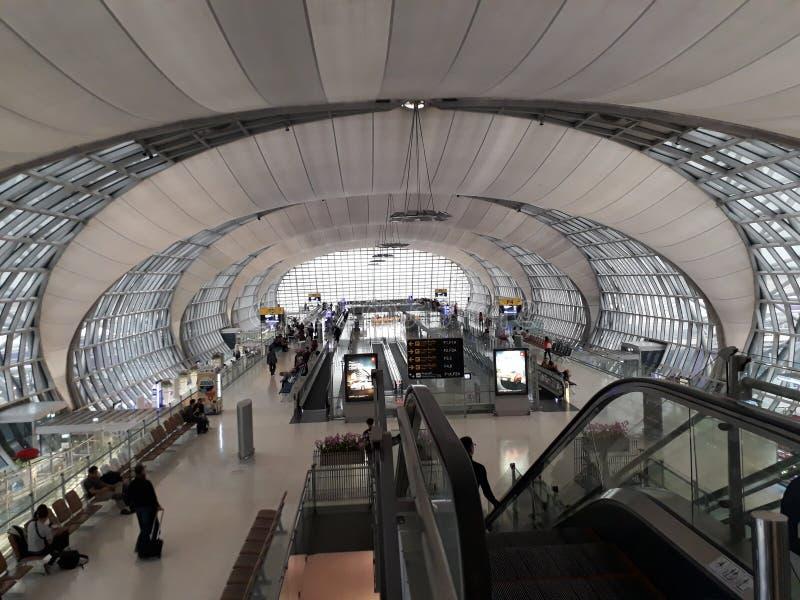 Терминальная зала в авиапорте Таиланде Suvarnabhumi: Принятый на 8-ое января 2017 стоковая фотография rf