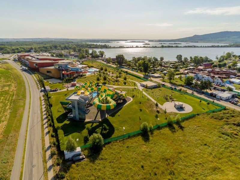 Термическая ванна Aqualand Moravia в водохранилище новых заводов сверху, Ð§ÐµÑ…Ð¸Ñ стоковые фотографии rf