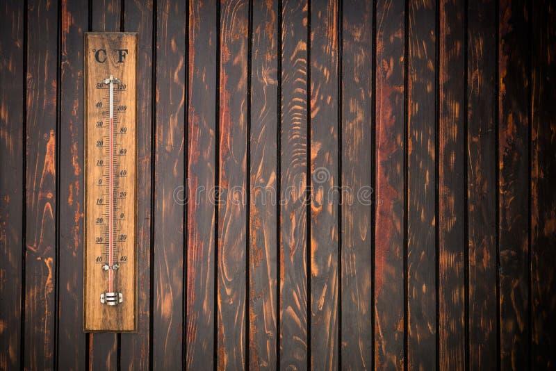 Термометр показывая высокую температуру, концепцию лета стоковое фото rf