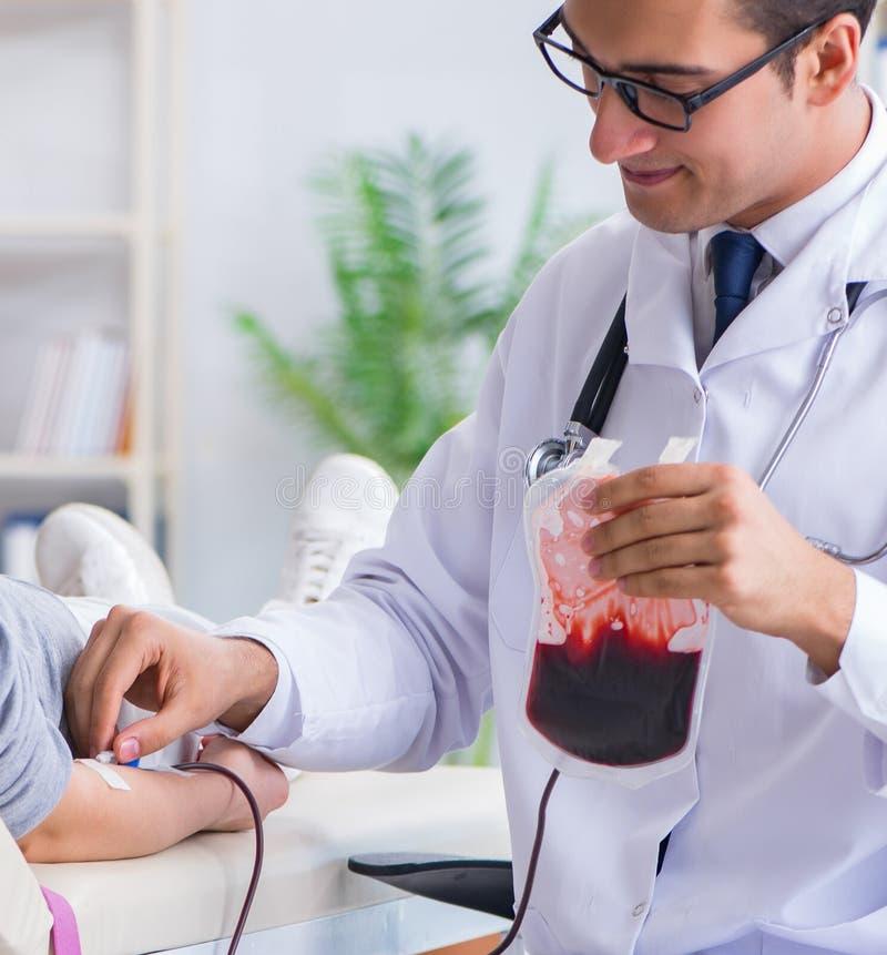 Терпеливое получая переливание крови в клинике больницы стоковое фото rf