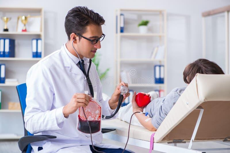 Терпеливое получая переливание крови в клинике больницы стоковая фотография rf
