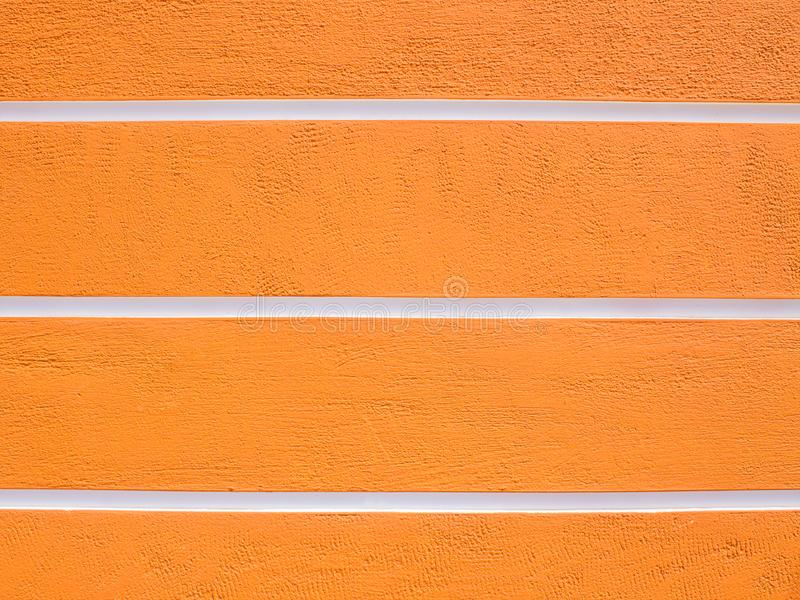 Терракотовая striped стена с белыми нашивками стоковое фото