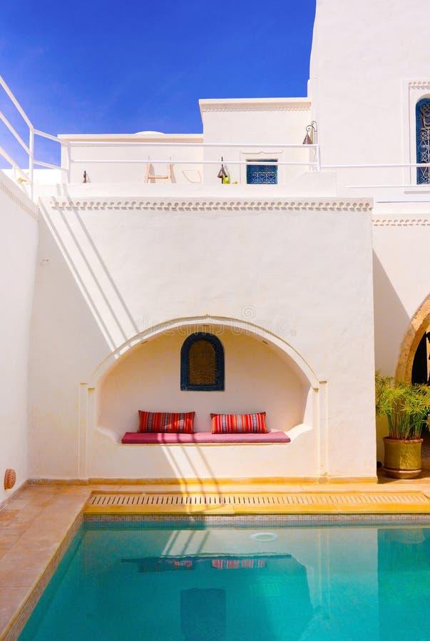 Терраса бассейна, экзотическое назначение, арабское украшение, перемещение Тунис стоковые фотографии rf