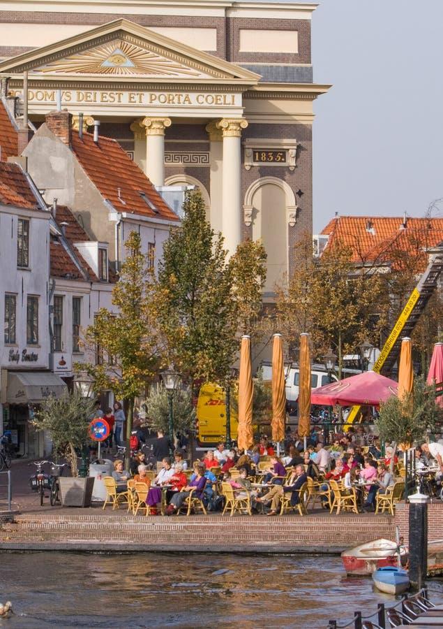 Терраса в историческом городе Лейдена нидерландском стоковые изображения rf