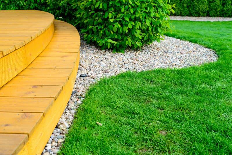 Терраса в официально саде после стирки силы - яркой ой-зелен лужайке стоковые изображения