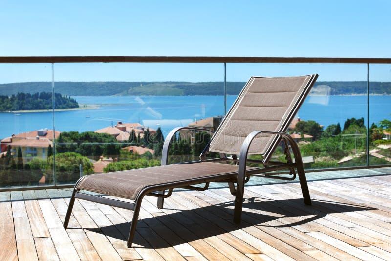 терраса моря адриатического deckchair обозревая стоковые изображения rf