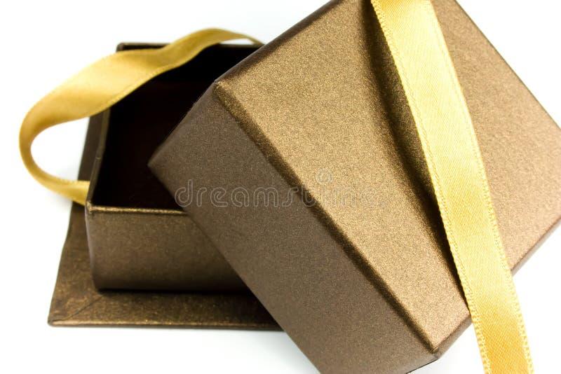 тесемка золота подарка коробки открытая стоковые фотографии rf