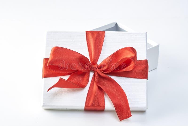 тесемка красного цвета подарка коробки стоковое фото rf